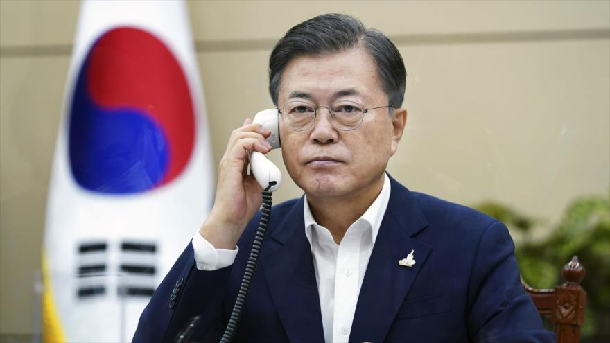 El presidente surcoreano Moon Jae-in durante una llamada telefónica en la Casa Azul (palacio presidencial), 24 de septiembre de 2020. (Foto: AFP)