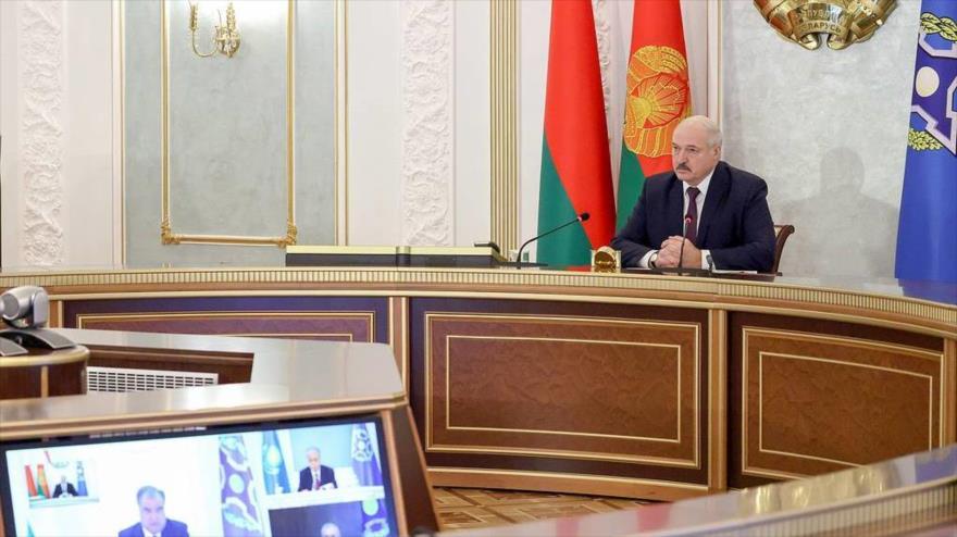 El presidente bielorruso, Alexander Lukashenko, habla en una reunión virtual de la OTSC, 2 de diciembre de 2020.
