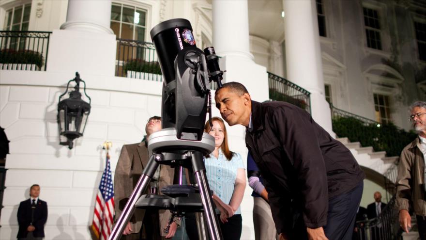 El expresidente de EE.UU., Barack Obama, mira a través de un telescopio en el Jardín Sur de la Casa Blanca, 7 de octubre de 2009.