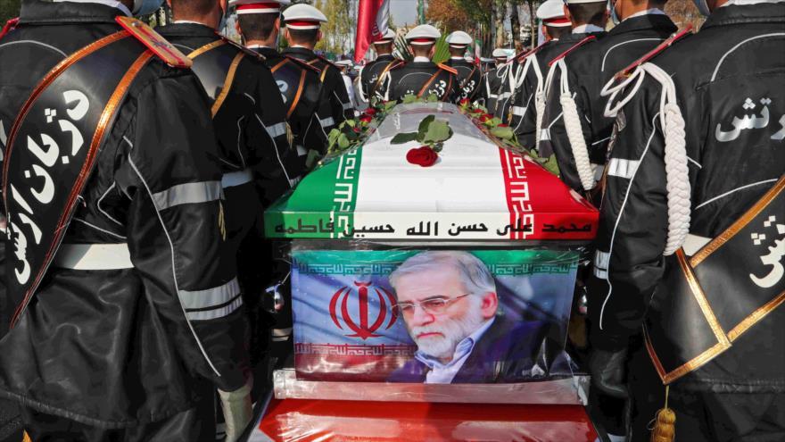 Las fuerzas iraníes llevan el ataúd del científico nuclear asesinado Mohsen Fajrizade durante su ceremonia fúnebre en Teherán, 30 de noviembre de 2020.