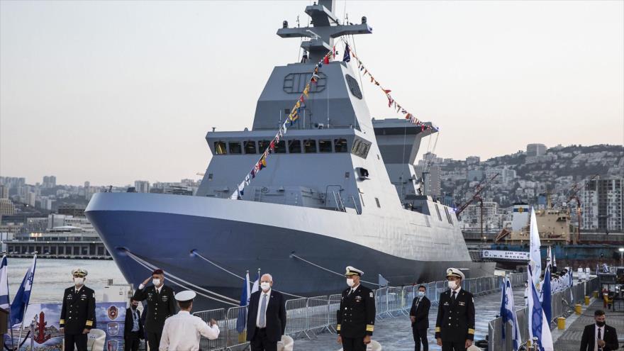 El presidente israelí, Reuven Rivlin (C), participa en una ceremonia para recibir la primera fragata avanzada Saar-6 de Alemania, 2 de diciembre de 2020.