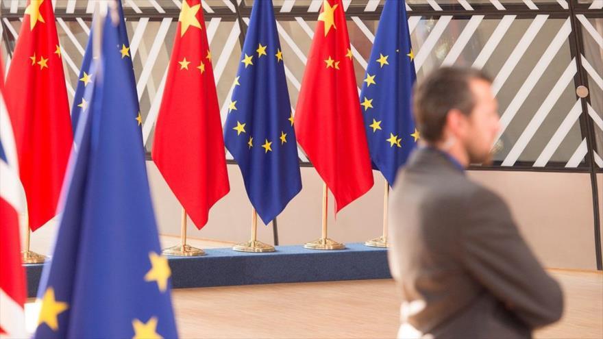 Las banderas de China y de la Unión Europea.