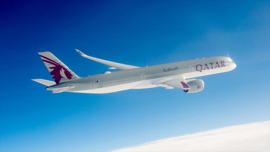 Un avión Airbus A350 de la aerolínea catarí Qatar Airways en pleno vuelo.