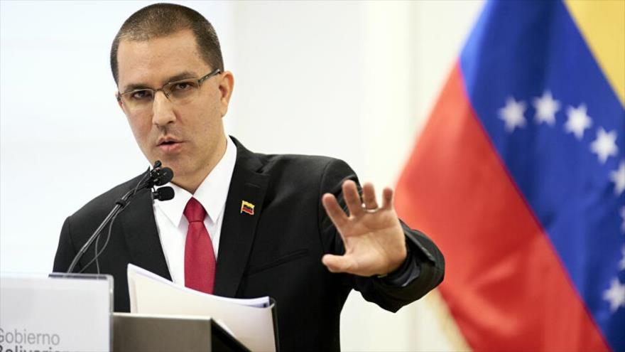 El canciller venezolano, Jorge Arreaza, ofrece un discurso en una rueda de prensa en Caracas (la capital).
