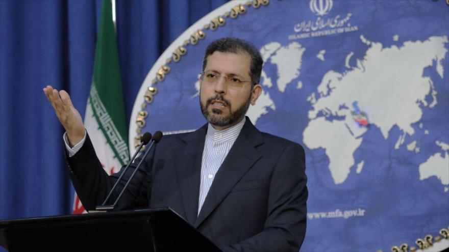 El portavoz de la Cancillería iraní, Said Jatibzade, ofrece una rueda de prensa en Teherán, capital.