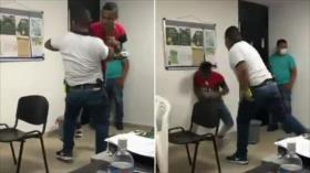 Captan a policía colombiana lanzando contra la pared a un detenido