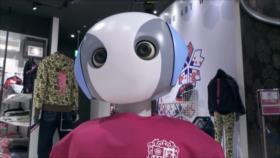 Robot japonés comprueba y pide el uso de mascarillas en una tienda