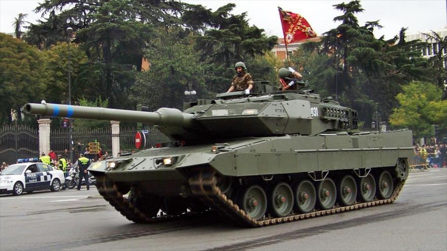 Un tanque del Ejército de España participa en una marcha militar organizada en Madrid (capital) con motivo del Día Nacional, el 12 de octubre.