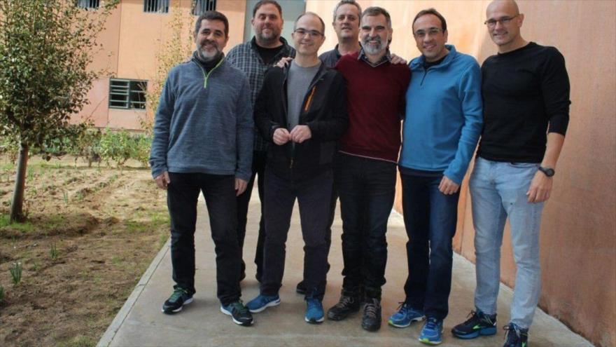Los siete presos independentistas catalanes, incluido Oriol Junqueras (segundo desde la izda.) en la prisión de Lledoners.
