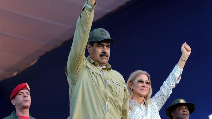 El presidente de Venezuela, Nicolás Maduro, y su esposa Cilia Flores, saludando durante un desfile militar en La Guaira, 8 de diciembre de 2019. (Foto: AFP)