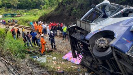 Caída de autobús a barranco en Brasil deja 16 muertos y 27 heridos
