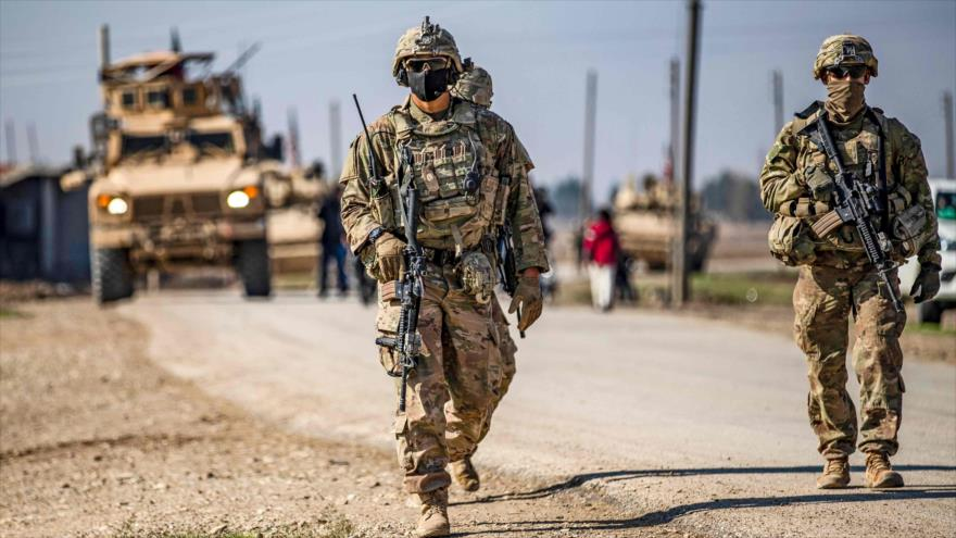 Soldados estadounidenses patrullan cerca de la aldea de Tal Alo, en la provincia de Al-Hasaka, noreste de Siria, 18 de noviembre de 2020. (Foto: AFP)