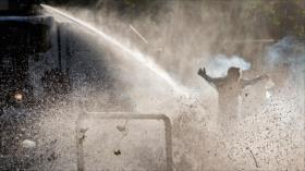 Policía reprime con carros de agua a manifestantes anti-Piñera