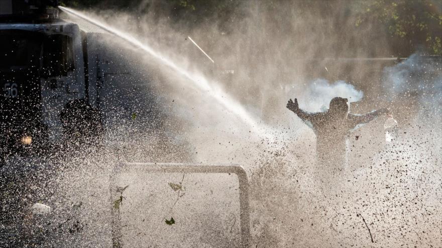 Carabineros reprimen con carros de agua a manifestantes anti-Piñera
