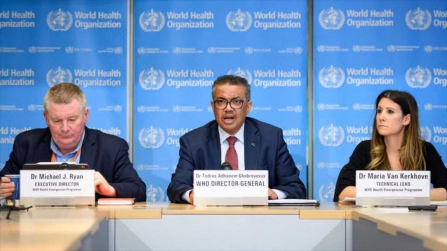 El director general de la OMS, Tedros Adhanom Ghebreyesus (Centro) y el director de Emergencias del organismo, Michael Ryan, hablan con la prensa.