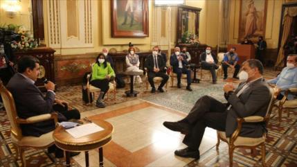 Nicolás Maduro se reúne con observadores internacionales