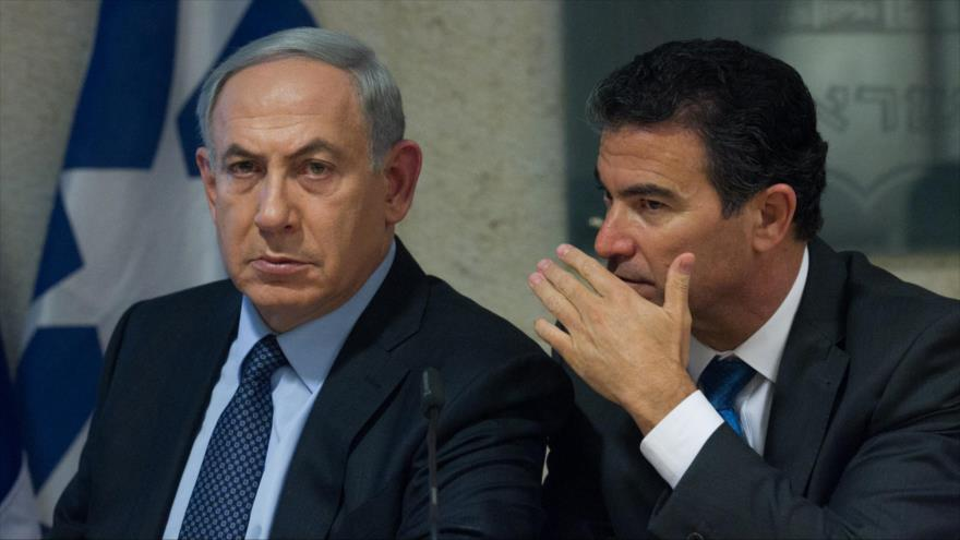 El premier israelí, Benjamín Netanyahu (izda), y el jefe del servicio de inteligencia israelí (el Mossad), Yossi Cohen, en una reunión en Al-Quds.