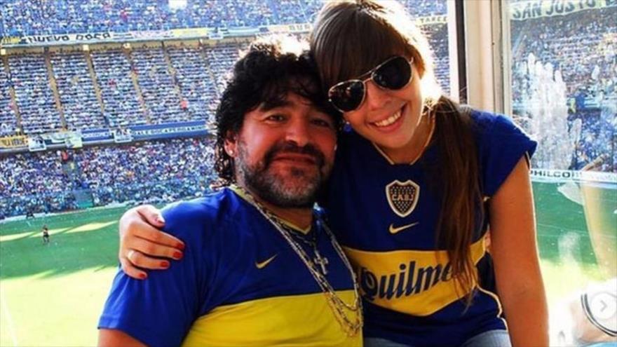 El legendario futbolista argentino, Diego Mardano, y su hija Dilam posan para una foto en un estadio de fútbol.