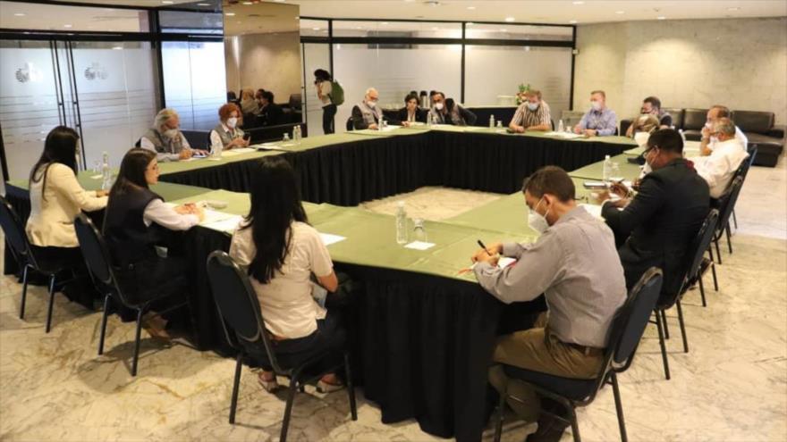 Representantes de las delegaciones internacionales que acompañaban las elecciones parlamentarias del 6 de diciembre en Venezuela.