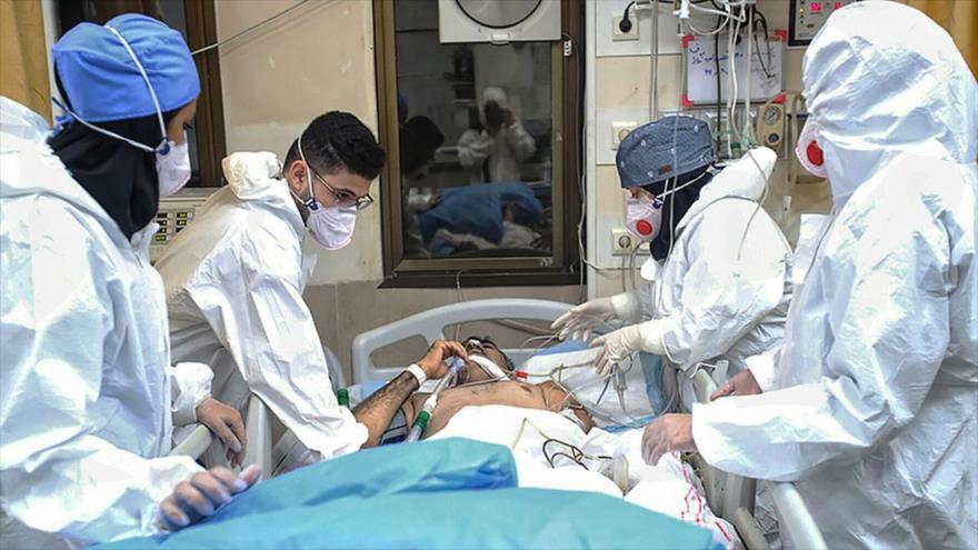 Enfermeros atienden a un paciente afectado por coronavirus en un hospital en Teherán, capital iraní.