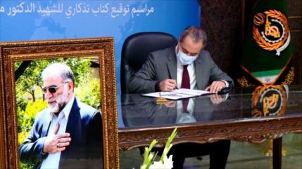 Libro conmemorativo en honor al científico nuclear iraní Fajrizade