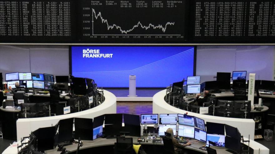 El gráfico del índice de precios de las acciones alemanas DAX en el interior de la bolsa de valores de Fráncfort, 25 de noviembre de 2020. (Foto: Reuters)