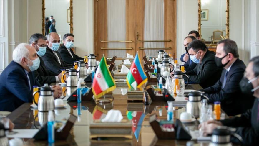 El canciller iraní, Mohamad Yavad Zarif (izq.), y su par azerbaiyano, Jeyhun Bayramov, se reúnen en Teherán (capital persa), 9 de diciembre de 2020.
