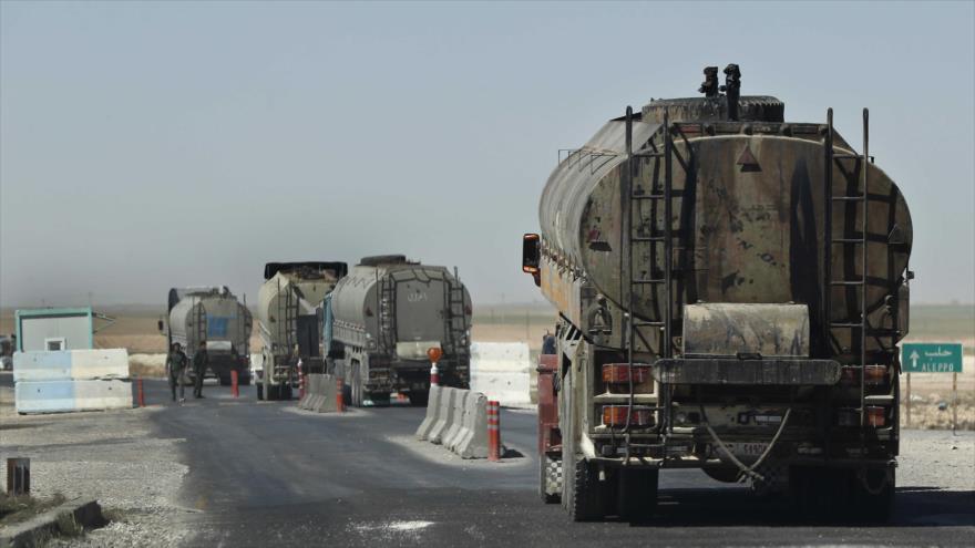 Un convoy de camiones cisterna pasa por un puesto de control de la Policía kurda en una carretera de la provincia de Al-Hasaka, Siria.
