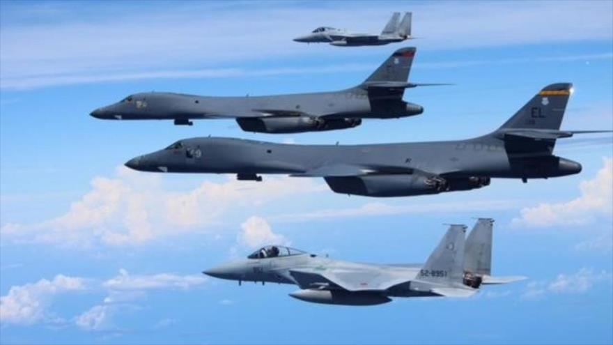 Cazas japoneses F-15 (abajo y arriba) en un ejercicio aéreo con bombarderos de EEUU F/A 18 Hornet sobre el mar de Japón, 1 de septiembre de 2020. (Foto: Reuters)