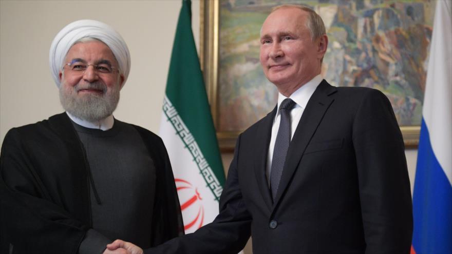 El presidente ruso, Vladimir Putin (dcha.), saluda a su par iraní, Hasan Rohani, en una reunión en Ereván, capital armenia, 1 de octubre de 2019. (Foto: AFP)