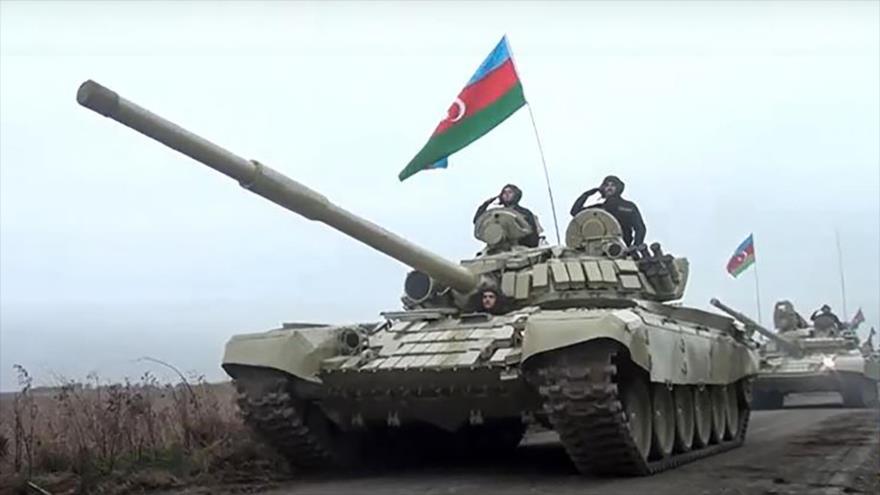 Tanques del Ejército de Azerbaiyán se dirigen a la región de Aghdam, en Nagorno Karabaj, zona en disputa con Armenia, 20 de noviembre de 2020. (Foto: AFP)