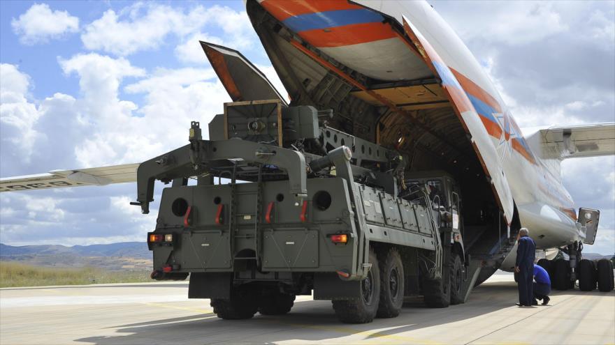 Un avión militar ruso transporta unidades de S-400 a la base aérea militar Murted en Ankara, capital turca, 12 de julio de 2019. (Foto: AFP)