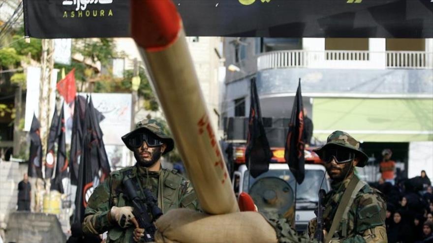 Combatientes de Hezbolá junto a un cohete en un desfile en el sur de El Líbano.