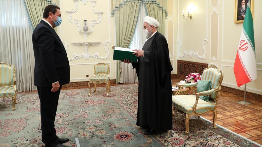 El presidente de Irán, Hasan Rohani (dcha.), recibe al nuevo embajador sirio en Teherán, Shafik Dayoub, 15 de diciembre de 2020. (Foto: president.ir)