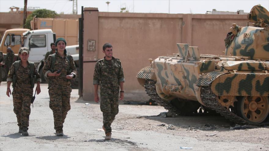 Milicianos kurdos de las Unidades de Protección Popular patrullan por la provincia siria de Al-Hasaka, 22 de agosto de 2016. (Foto: Reuters)
