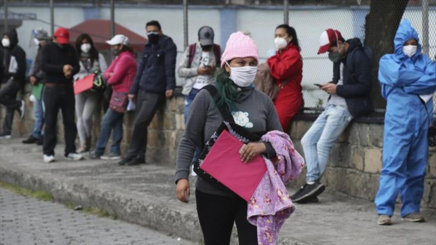 La gente espera en fila para hacerse las pruebas de la COVID-19 en Quito, Ecuador, 29 de julio de 2020. (Foto: AP)