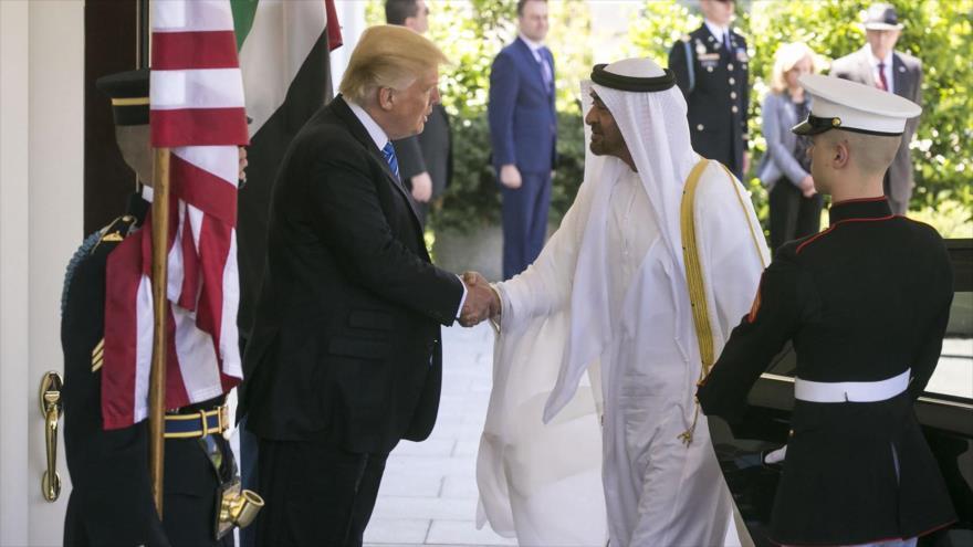 El presidente de EE.UU., Donald Trump, saluda al príncipe emiratí Muhammad bin Zayed en la Casa Blanca, 15 de mayo de 2017. (Foto:NYT)