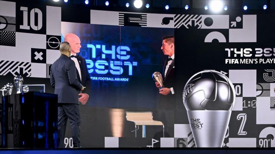 """El delantero polaco del Bayern de Múnich Robert Lewandowski recibe el premio """"The Best"""" 2020, el 17 de diciembre de 2020. (Foto: AFP)"""