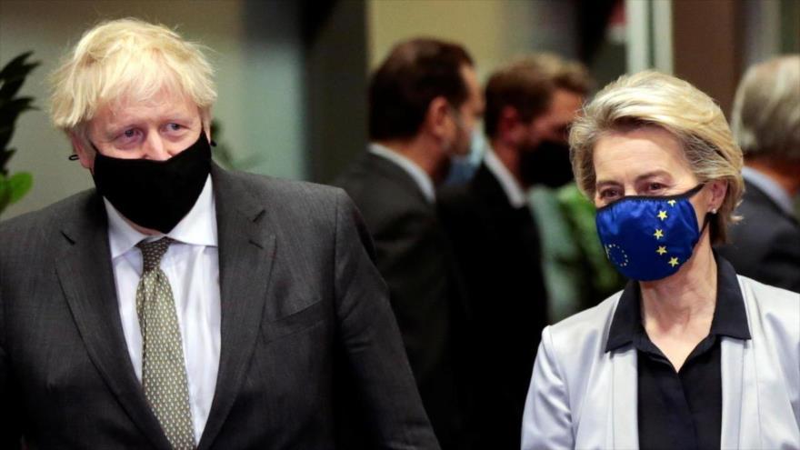 El premier británico, Boris Johnson, y la presidenta de la Comisión Europea, Ursula von der Leyen, en Bruselas, el 9 de diciembre de 2020. (Foto: Reuters)