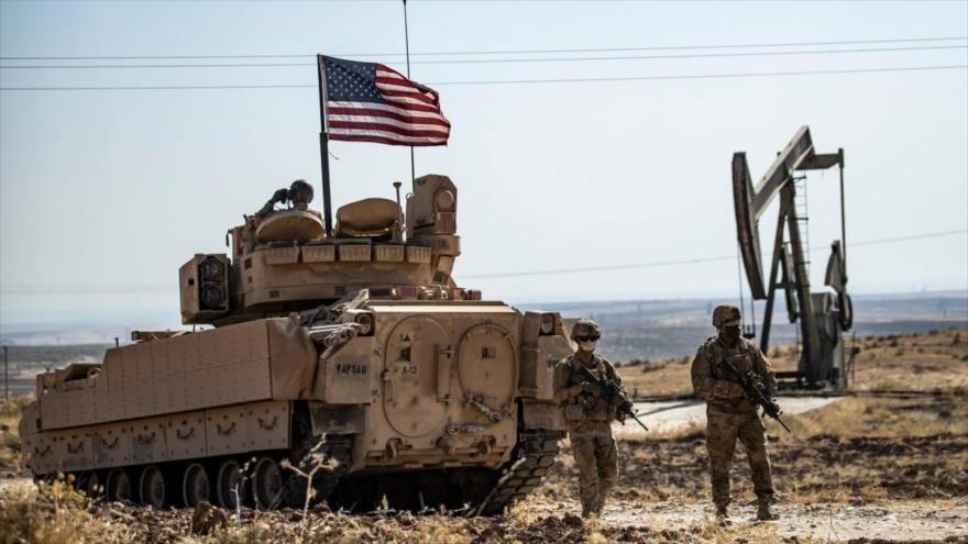 Soldados estadounidenses patrullan zona petrolera en la provincia siria de Al-Hasaka, 27 de octubre de 2020. (Foto: AFP)