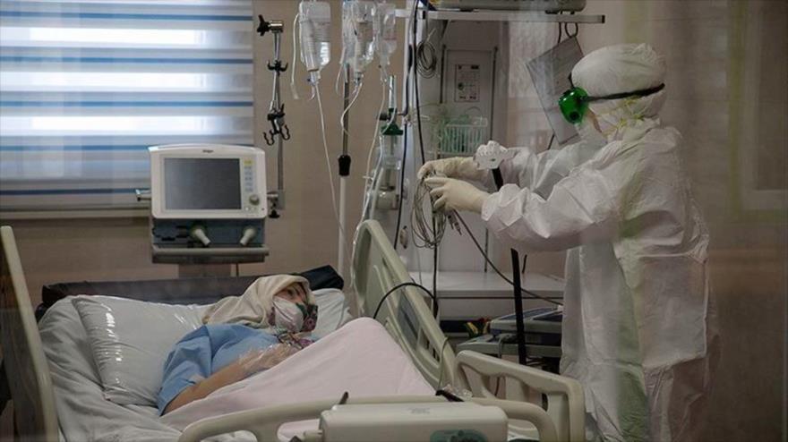 Una enfermera atiende a una paciente con la COVID-19 en un hospital en Irán, 20 de diciembre de 2020. (Foto: Tansim)