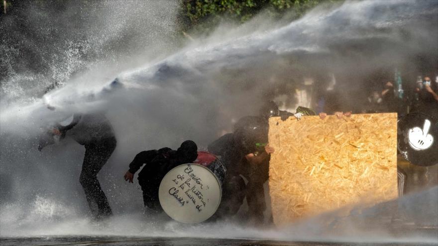 La Policía chilena usa cañones de agua para reprimir a los manifestantes en Santiago, la capital, 4 de diciembre de 2020. (Foto: AFP)