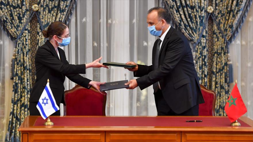 Representantes de Israel y Marruecos intercambian un acuerdo firmado en el Palacio Real de la capital marroquí, Rabat, 22 de diciembre de 2020 (Foto: AFP)