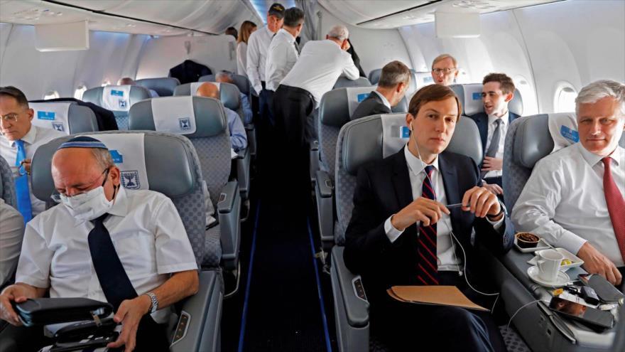 Delegaciones de EE.UU. e Israel en un vuelo hacia los Emiratos Árabes Unidos (EAU), 31 de agosto de 2020. (Foto: AFPP)