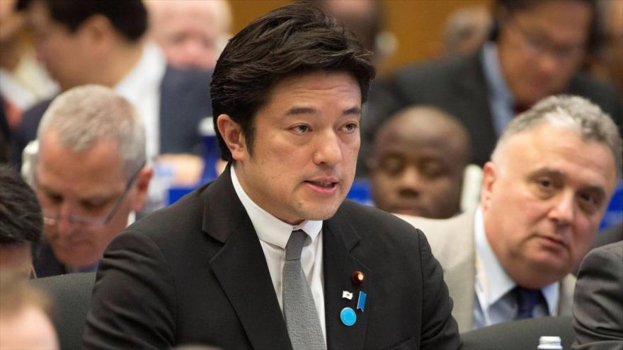 El viceministro de Defensa japonés, Yasuhide Nakayama, habla en un mitin.