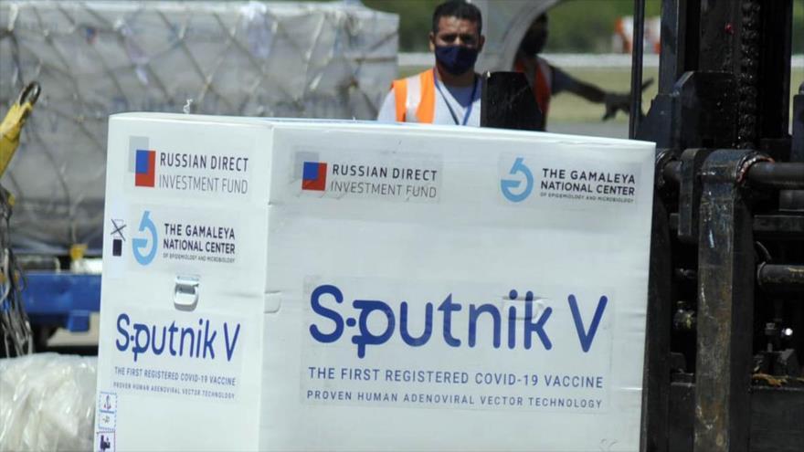 Desembarcan el primer lote de la vacuna rusa Sputnik V contra la COVID-19 en el aeropuerto de Buenos Aires, capital argentina, 24 de diciembre de 2020.