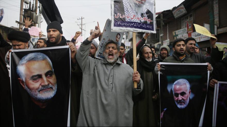 Iraquíes portan imágenes del asesinado comandante iraní, el teniente general Qasem Soleimani, en una manifestación en Bagdad, capital iraquí.