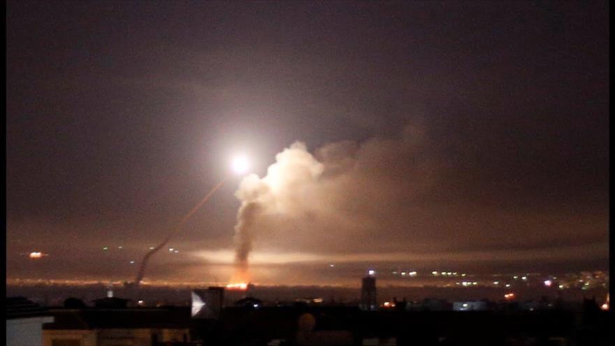 Columna de humo se eleva en la ciudad siria de Masyaf, ubicada en la provincia de Hama, tras ataque aéreo israelí, 25 de diciembre de 2020.
