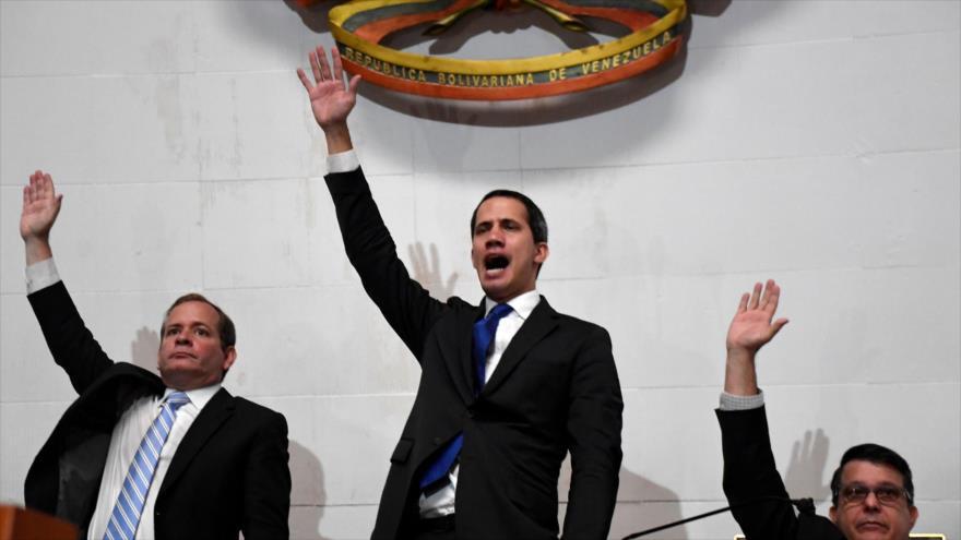 El líder opositor venezolano Juan Guaidó (centro), se vuelve a autoproclamar presidente del Parlamento, Caracas, 7 de enero de 2020. (Foto: AFP)