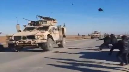 Vídeo: Sirios atacan con piedras convoy de EEUU en Al-Qamishli